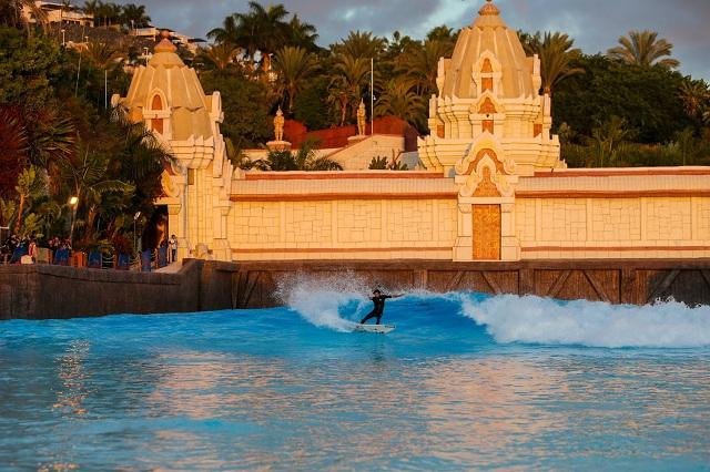 La piscina de olas de Siam Park acoge a los mejores surfistas de Europa.