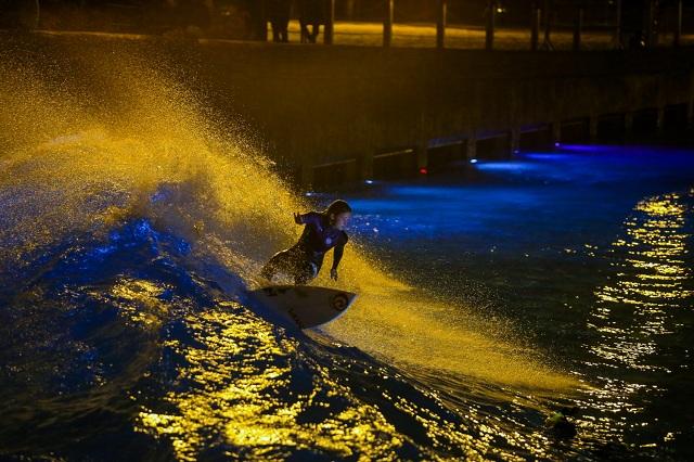 Pauline Ado, surf nocturno en la piscina de olas de Siam Park